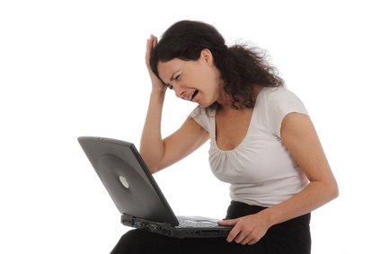 femme pleurant sur son ordinateur
