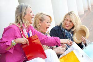 Fröhlicher Einkaufsbummel