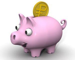 Свинка-копилка с монетой российского рубля
